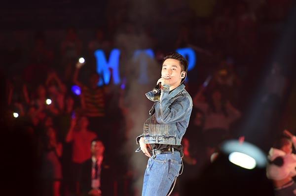 Sơn Tùng M-TP bật khóc trước hàng nghìn khán giả hâm mộ - Ảnh 1.