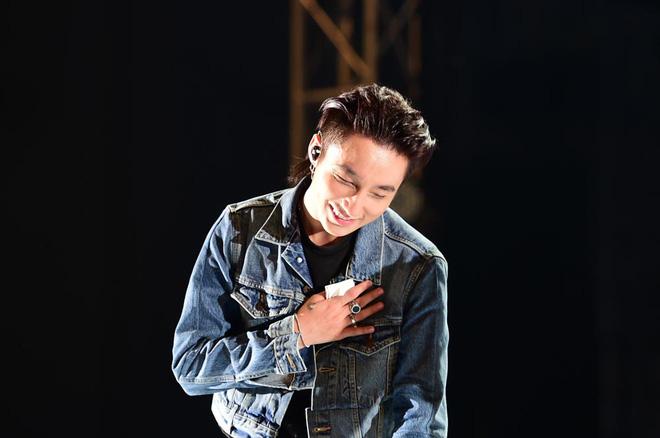 Sơn Tùng M-TP bật khóc trước hàng nghìn khán giả hâm mộ - Ảnh 2.