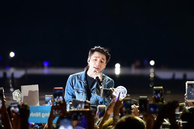 Sơn Tùng M-TP bật khóc trước hàng nghìn khán giả hâm mộ - Ảnh 4.
