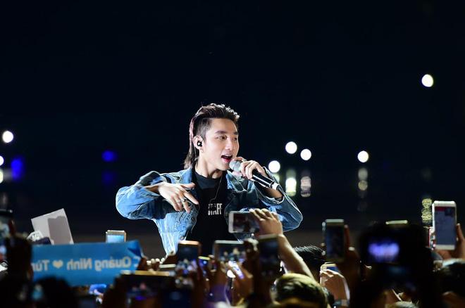 Sơn Tùng M-TP bật khóc trước hàng nghìn khán giả hâm mộ - Ảnh 5.