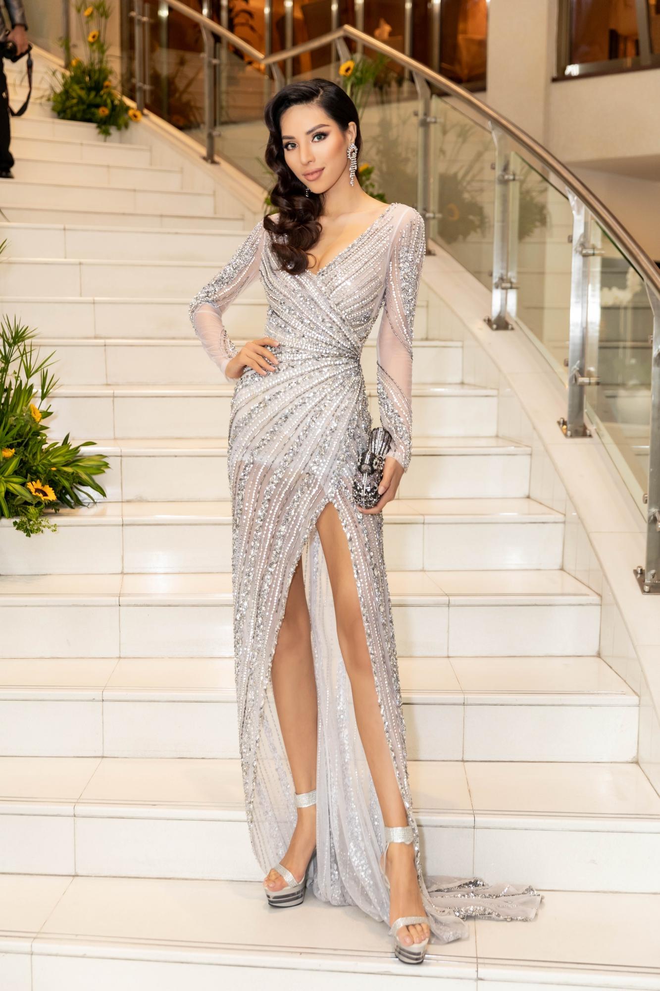 Tại sự kiện còn có giải vàng Siêu mẫu Việt Nam 2015 Dương Nguyễn Khả Trang. Cô diện thiết kế khoe đôi chân dài miên man.