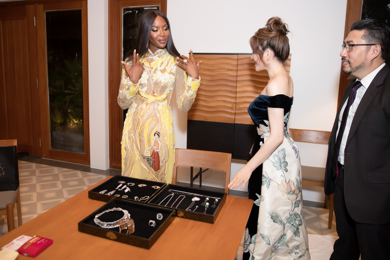 Naomi Campbellthích thú khi được Lý Nhã Kỳ tặng trang sức kim cương.
