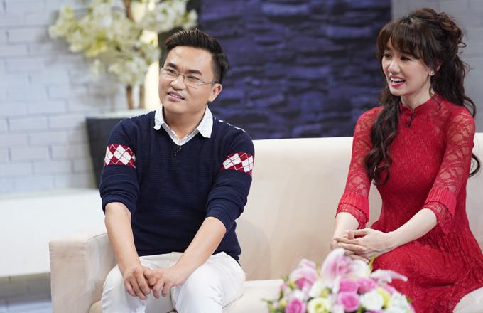 MC Đại Nghĩa và Hari Won hào hứng lắng nghe câu chuyện của gia đình Lâm Vỹ Dạ và các khách mời khác trong chương trình.