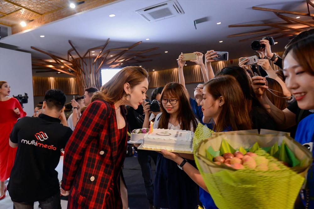 Minh Hằng nhận được tình cảm của người hâm mộ tại trường quay.