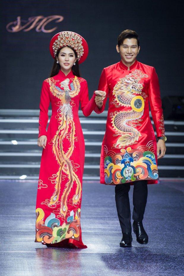 Ngọc Tình sánh bước bên Tường Linh, cả hai cùng nhau thể hiện tà áo dài cưới đỏ rực, vẹn màu tình yêu đôi lứa.