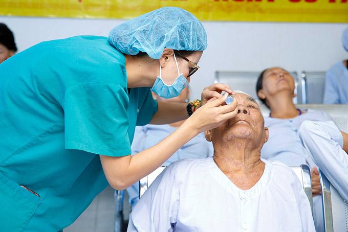 Vào ngày mổ mắt miễn phí cho dân nghèo, Trang Trần đã đến bệnh viện để động viên tinh thần mọi người. Cô còn giúp tra thuốc nhỏ mắt cho từng ngườitrước khi họ vào phòng mổ.