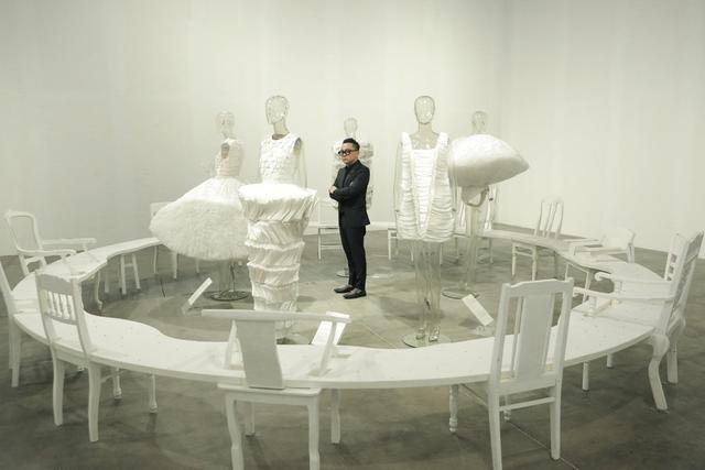 10 không gian nghệ thuật trong triển lãm Cục Im Lặng của Nguyễn Công Trí: Choáng ngợp, lộng lẫy và tuyệt đối công phu - Ảnh 1.
