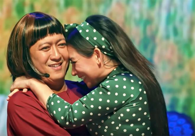 Trường Giang bối rối khi Phi Nhung ôm hôn trước hàng nghìn khán giả - ảnh 1