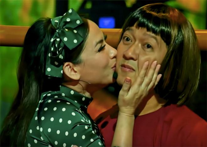 Trường Giang bày tỏ sự ngại ngùng khi được Phi Nhung ôm, hôn /// Ảnh: NVCC