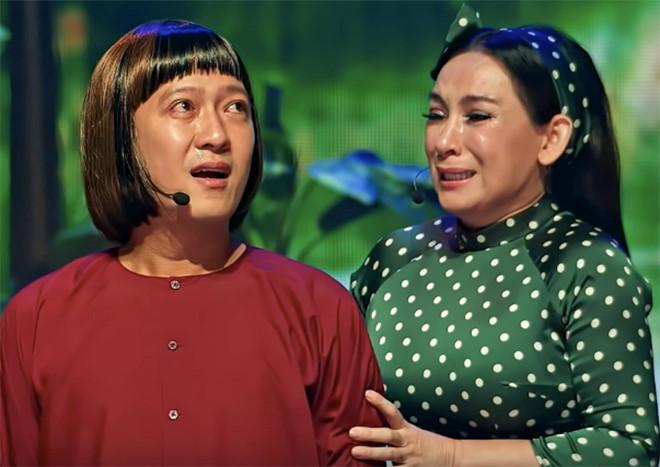 Trường Giang bối rối khi Phi Nhung ôm hôn trước hàng nghìn khán giả - ảnh 2